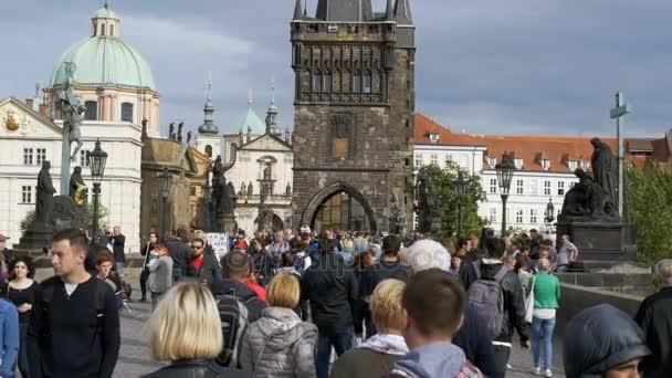 Dav lidí, kteří jdou podél Karlův most, Praha, Česká republika. Zpomalený pohyb