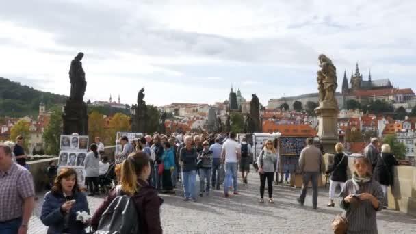 Dav lidí, kteří jdou podél Karlův most, Praha, Česká republika