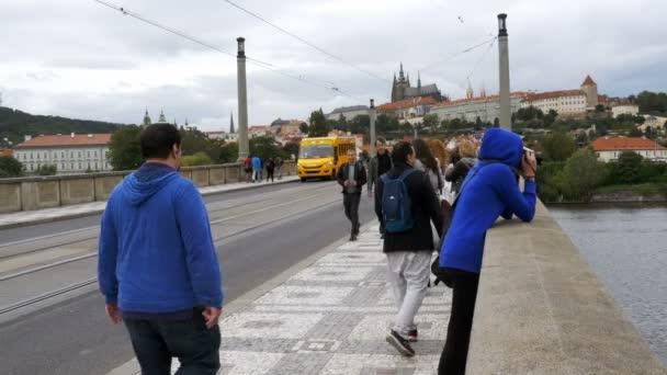 Lidí, kteří jdou po mostu v Praze, Česká republika