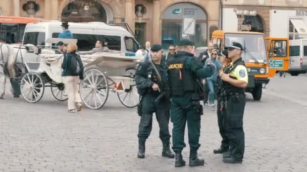 Několik policistů se na Stare Mesto náměstí ve starém městě, Praha, Česká republika