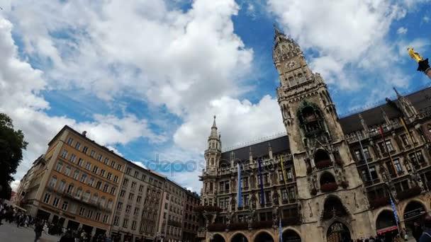 marienplatz. Blick auf das neue Rathaus vor dem Hintergrund von Wolken und blauem Himmel