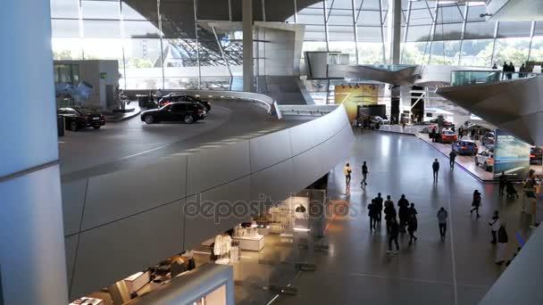BMW Welt. Mnichov Německo. Celkový pohled na infrastruktury uvnitř výstava auto