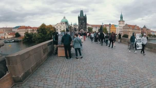 Turistů chůzi podél Karlův most, Praha, Česká republika