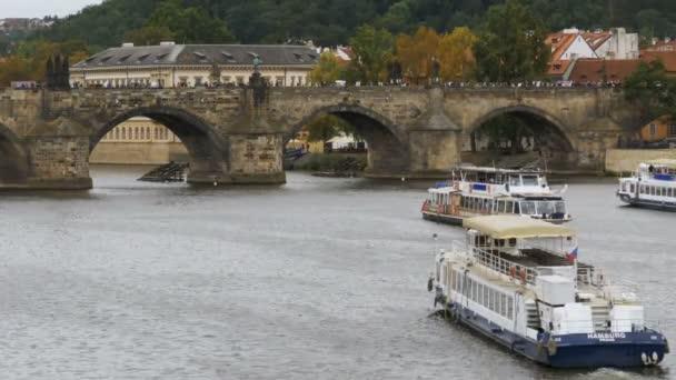 Zobrazení na šířku Pražský most a vodní autobus loď plovoucí na řece Vltavě