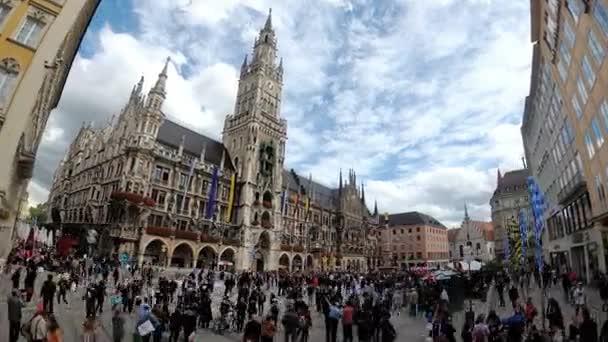 Menschen in Marienplatz Quadrat, auf der das berühmte Rathaus. München, Deutschland. Zeitraffer