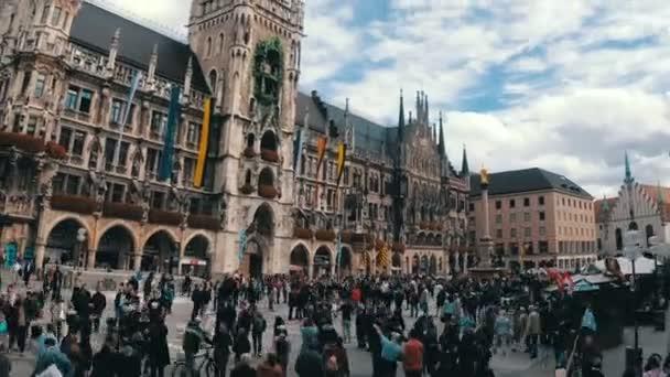 Marienplatz, Deutschland. Blick auf das neue Rathaus auf einem Hintergrund von Wolken und blauer Himmel. Zeitraffer