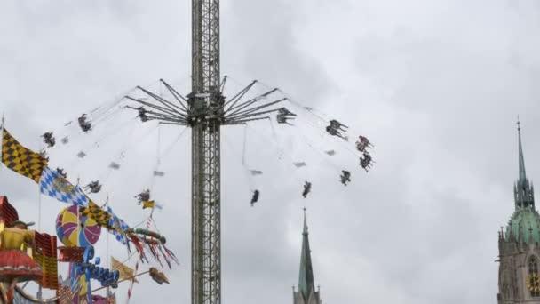 Karussell auf der zentralen Straße von das Oktoberfest zu schwingen. Bayern, Deutschland