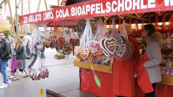 Traditionelle Lebkuchen in Herzform auf dem Oktoberfest Festival, Bayern, Deutschland