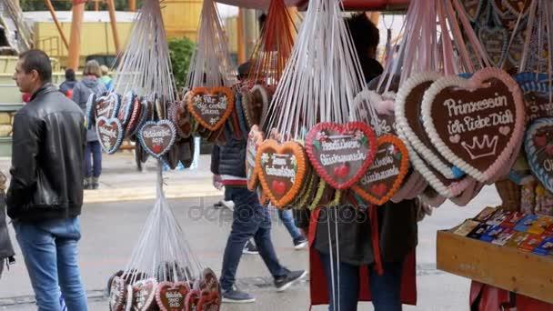 Traditionelle bunte Lebkuchen in Herzform auf dem Oktoberfest Festival, Bayern, Deutschland