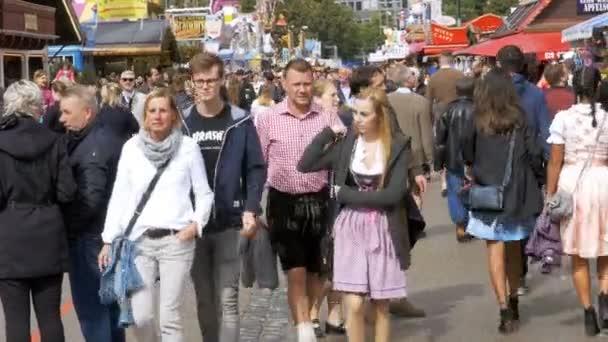 Masse der Leute sind Fuß entlang der zentralen Straße von der Oktoberfest-Festival. Bayern, Deutschland