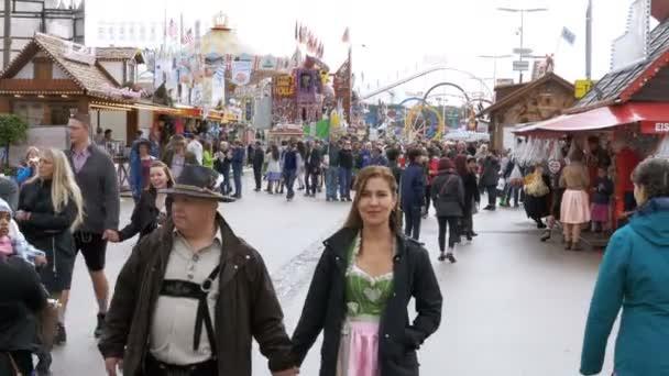 Menschen in nationale Bayerische Kleidung auf der Straße von Oktoberfest Festival. Bayern, Deutschland