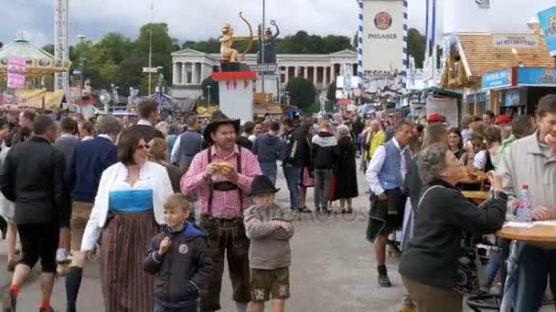 Menschen in nationalen bayerischen passt die Straße entlang des Oktoberfest Festival. Bayern, Deutschland