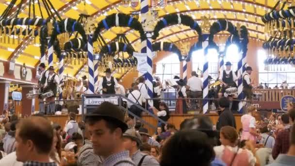 Beim Oktoberfest spielt die Stadtkapelle in einem großen Bierzelt. Bayern, Deutschland