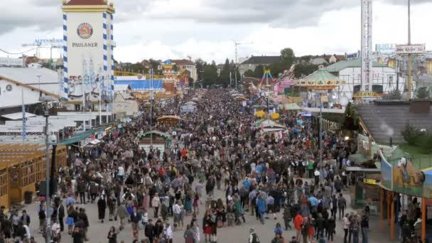Draufsicht auf die Menschenmenge an zentralen Straße Oktoberfest. Bayern, Deutschland
