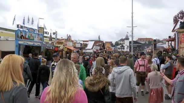 Menschen in nationale Bayerische Kleidung auf der Straße von Oktoberfest Festival. München, Deutschland