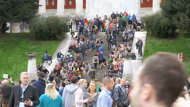 Masse der Leute sind Fuß auf der Treppe in der Nähe der Statue von Bayern. Oktoberfest-Festival. Deutschland