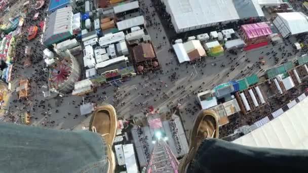 Blick aus der ersten Person auf Füße im freien Fall vom Himmel fallen Turm am Oktoberfest. Bayern