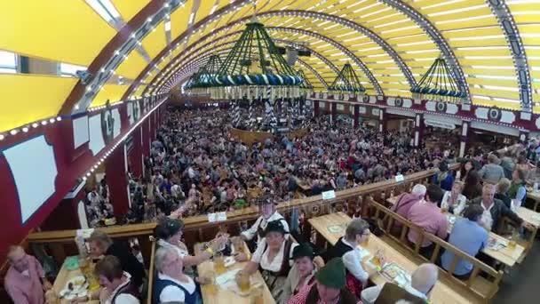 Feier des Oktoberfest im großen Bierzelt. Bayern, Deutschland