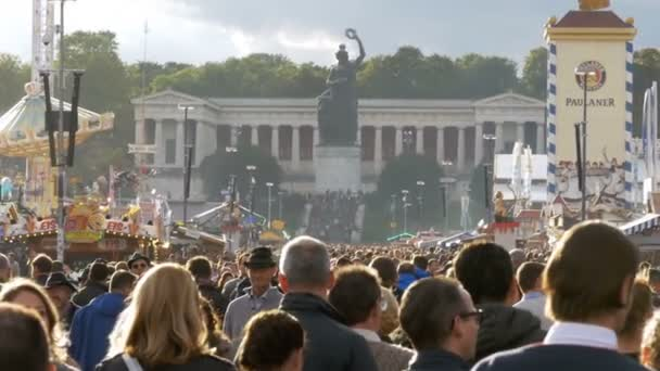 Masse der Leute sind Fuß entlang der Straße des Oktoberfestes. Bayern, Slow-Motion