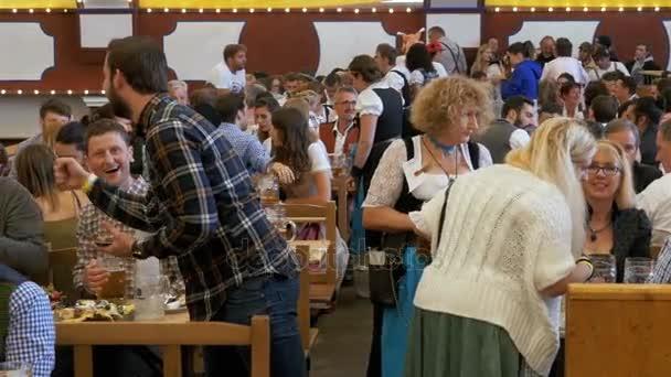Feier des Oktoberfests in großen Bierstube. Bayern, Deutschland