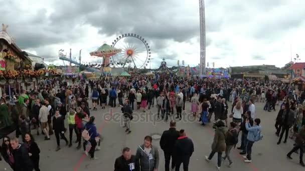 Kamerabewegungen von oben Masse von Menschen auf der zentralen Straße von der Oktoberfest-Festival. Bayern, Deutschland