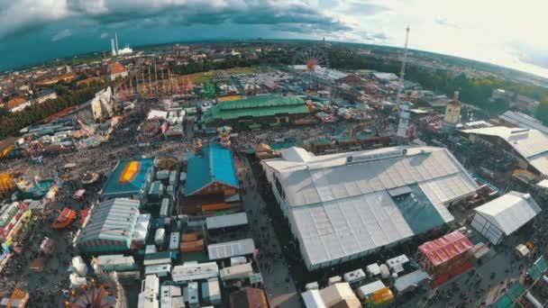 Landschaft Luftaufnahme des Oktoberfest von mobile Attraktion drop Sky Fall Tower. Bayern.