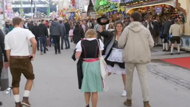 Menschen in nationalen bayerischen Anzügen auf der Straße von Oktoberfest Festival. Bayern, Slow-Motion