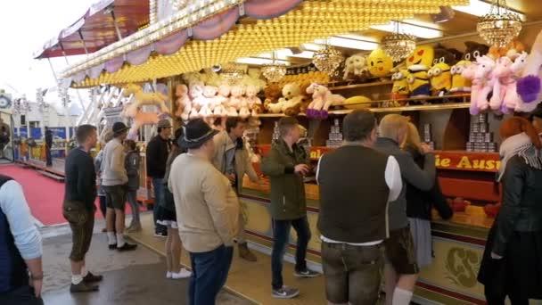 Lidé v národních bavorské obleky na ulici festivalu Oktoberfest. Bavorsko, pomalý pohyb