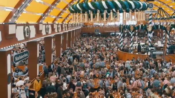 Oktoberfest im großen Bierzelt. Bayern, Deutschland
