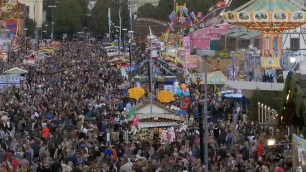 Draufsicht der Menge an zentralen Straße Oktoberfest. Bayern, Deutschland