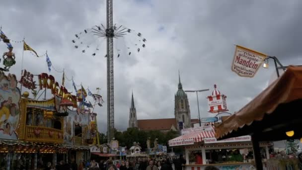 Karussell auf der zentralen Straße von das Oktoberfest zu schwingen. Bayern, Deutschland. Slow-Motion
