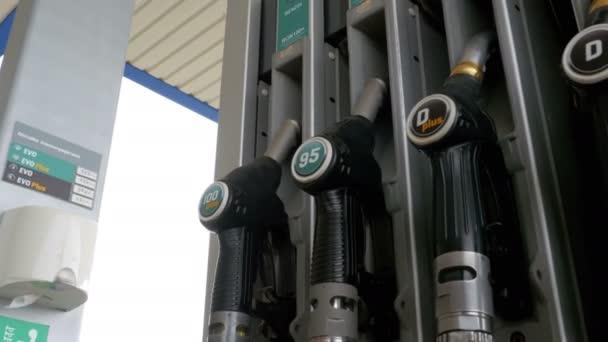 Ženská ruka pomocí palivové trysky na benzinové pumpě. Čerpací stanice. Čerpací stanice. Barcelona, Španělsko, 26. září 2017: