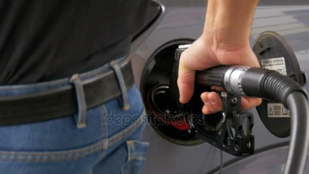 Plnění auto s motorovou naftu. Mans ručně pomocí benzinová pumpa k vyplnění jeho auto s palivem.