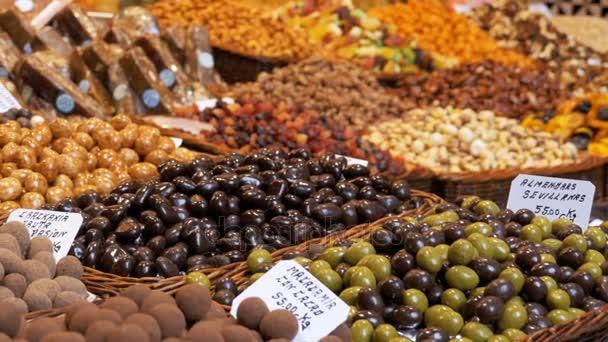 Csokoládé máz, a La Boqueria élelmiszerpiac édes termékek kirakat. Barcelona, Spanyolország