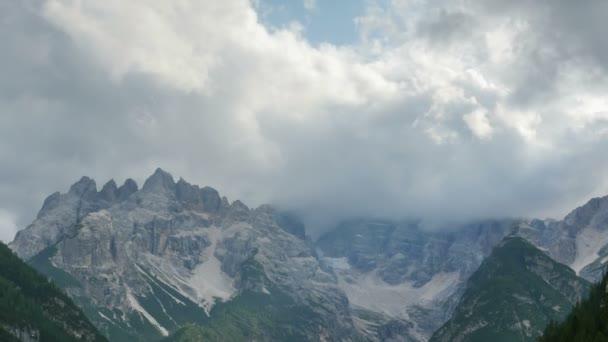 Felhők haladnak az alpesi hegyek fölött. TimeLapse.