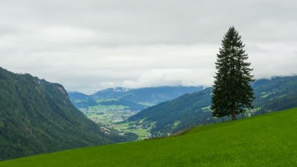 Tájkép a felhők mozgó alpesi hegység a dombokon. TimeLapse