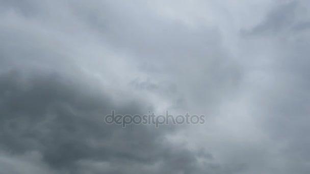 Gray dešťové mraky se pohybují na obloze. Timelapse