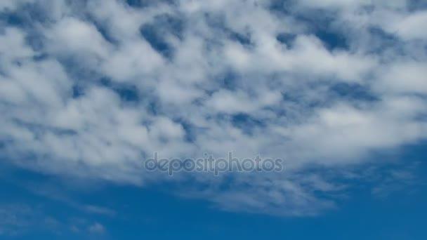 Mraky se pohybují na modré obloze. Timelapse