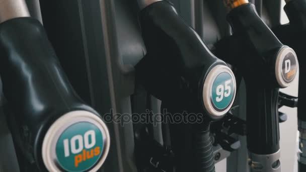 Různé pistole pro pohonných hmot na čerpací stanici. Plynu palivové čerpadlo tryska. Čerpací stanice.