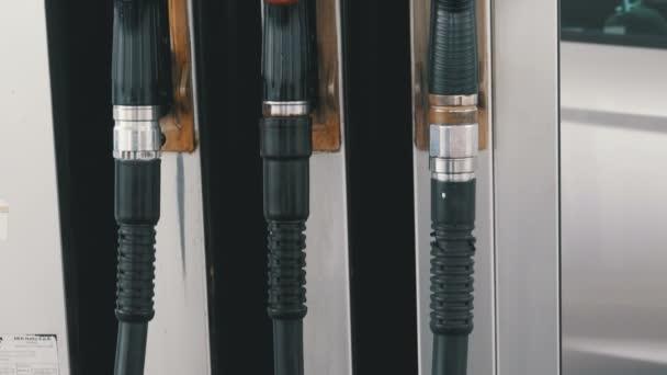 Různé staré pistole pro pohonných hmot na čerpací stanici. Plynu palivové čerpadlo tryska. Čerpací stanice.