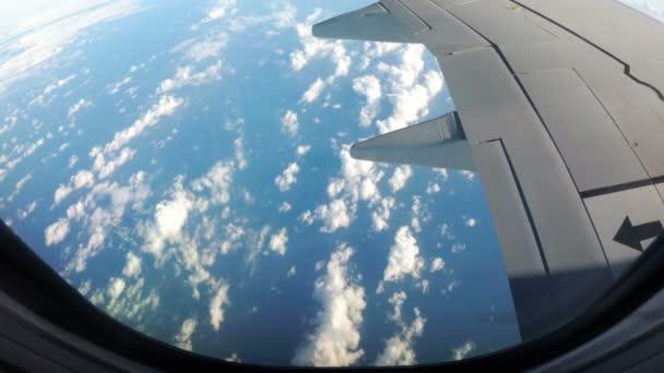 Mraky jsou vidět skrze okno tryskové letadlo