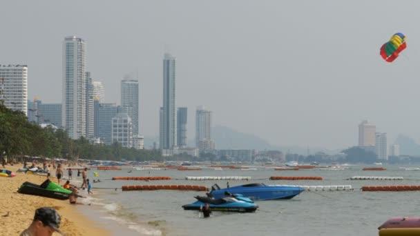 Lidé spočívat na písečné pláže Jomtien. Pattaya, Thajsko