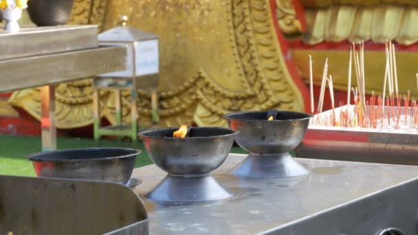 Lehké vonné tyčinky s kouřem v buddhistickém chrámu. Thajsko. Pattaya
