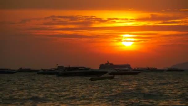 Červený západ slunce na moři s silueta lodi kýval na vlnách. Timelapse. Thajsko. Pattaya