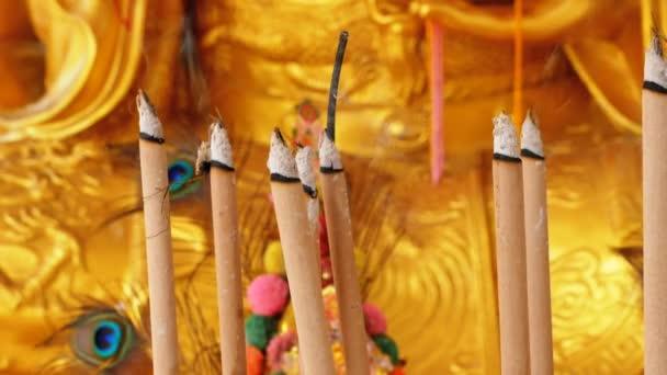 Zlatá socha Buddhy v chrámu čínské. Thajsko.