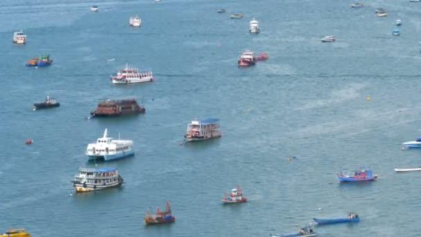 Pohled shora z mnoha plovoucí lodě a lodě v moři. Thajsko. Pattaya