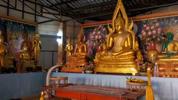 Socha zlatého Buddhy v chrámu. Pattaya. Thajsko.