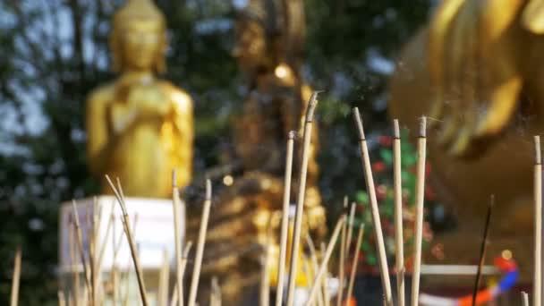 Fény tömjén füst a buddhista templom botok. Thaiföld. Pattaya