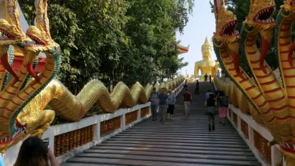 Az emberek Pratumnak dombon nagy arany Buddha-szobor közelében. Nagy arany Buddha temploma. Thaiföld