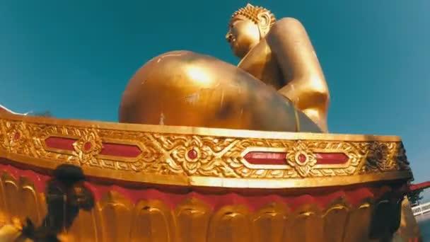 Sima mozgás a kamera körül a nagy arany Buddha-szobor. Thaiföld